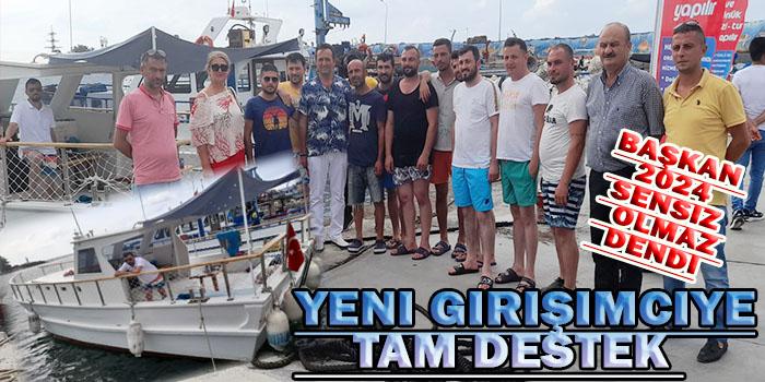 Okan Başkan Liman içerisindeki Bir tekneye hayırlı olsun ziyaretinde bulundu Çevredeki gençler Okan Başkanı görünce Bir Bir Akçakoca ile alakalı Düşüncelerini Okan Başkana İletme Fırsatı Buldular Okan Başkan Bütün Gençleri Tek Tek Dinledi